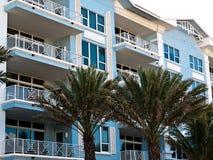 Flatgebouwen met koopflats dichtbij strand Zuid-Florida Royalty-vrije Stock Afbeeldingen