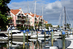 Flatgebouwen met koopflats en boten Royalty-vrije Stock Foto
