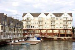Flatgebouwen met koopflats en de Bezinningen van de Jachthaven Royalty-vrije Stock Afbeelding