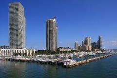 Flatgebouwen met koopflats langs de Jachthaven van het Strand van Miami royalty-vrije stock foto's