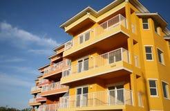Flatgebouwen met koopflats in Mangroven Stock Foto's