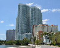 Flatgebouwen met koopflats op Biscayne-Baai Stock Afbeeldingen