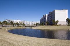 Flatgebouwen met koopflats op een meer Stock Fotografie