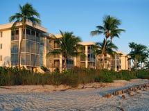 Flatgebouwen met koopflats op het strand Royalty-vrije Stock Fotografie