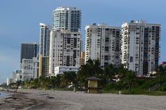 Flatgebouwen met koopflats op het strand Stock Foto's
