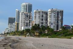 Flatgebouwen met koopflats op het strand Stock Afbeelding