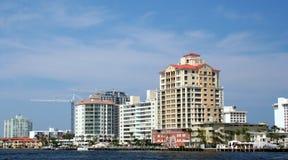 Flatgebouwen met koopflats op water Royalty-vrije Stock Foto