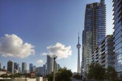 Flatgebouwen met koopflats in Toronto met de CN Toren Royalty-vrije Stock Foto