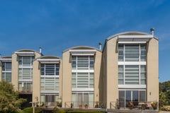 Flatgebouwen met koopflats zij aan zij zonnige hemel op drie niveaus Stock Afbeeldingen