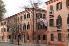 Flatgebouwen met wasserij het hangen aan aasciugare in Murano in de gemeente van Venetië in Veneto (Italië) Royalty-vrije Stock Afbeeldingen