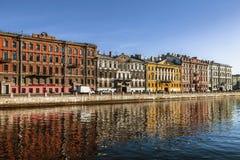 Flatgebouwen op de Fontanka-rivierdijk, St. Petersburg stock afbeelding