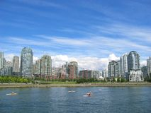 Flatgebouwen op het water royalty-vrije stock afbeelding