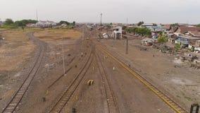 Flatgebouwen op spoorweg stock footage