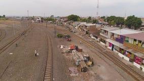 Flatgebouwen op spoorweg