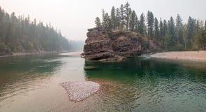 Flathead и запятнанное место встречи рек медведя в районе дикой природы Bob Marshall во время 2017 огней падения в Монтане США Стоковое Фото