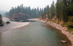 Flathead och prickig punkt för björnflodmöte i det Bob Marshall vildmarkområdet under de 2017 nedgångbränderna i Montana USA Royaltyfria Bilder