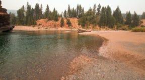 Flathead och prickig punkt för björnflodmöte i det Bob Marshall vildmarkområdet under de 2017 nedgångbränderna i Montana USA Arkivbild