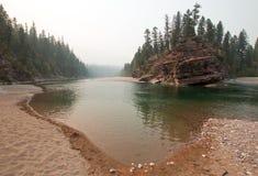 Flathead och prickig punkt för björnflodmöte i det Bob Marshall vildmarkområdet under de 2017 nedgångbränderna i Montana USA Royaltyfri Bild