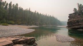 Flathead och prickig punkt för björnflodmöte i det Bob Marshall vildmarkområdet under de 2017 nedgångbränderna i Montana USA Royaltyfri Fotografi
