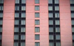 Flathotel die de roze woonwolkenkrabber van baksteen moderne vensters bouwen Stock Afbeelding