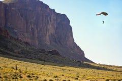 Flatiron的Paraglide在迷信山野荒地 免版税库存图片