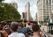 Flatiron budynku fasada z turystami w autobusie Obrazy Stock