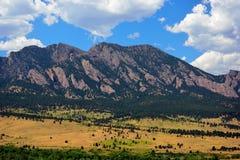 Flatirons góry w głazie, Kolorado na Pogodnym lato d Obrazy Stock