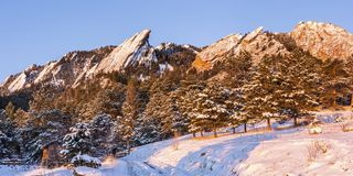 Flatirons wschód słońca z Świeżym śniegiem obraz stock