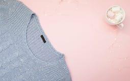 flatlay蓝色的毛线衣 免版税库存照片