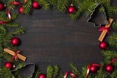 flatlay黑暗的土气木的桌-与装饰和冷杉分支框架的圣诞节背景 与自由空间的顶视图拷贝的 免版税库存照片