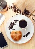 Flatlay επάνω από την άποψη ενός φλυτζανιού του καυτού καφέ με το έξυπνο τηλέφωνο και το Γ Στοκ φωτογραφία με δικαίωμα ελεύθερης χρήσης