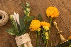 Flatlay με τα λουλούδια, τα κεριά και το εκλεκτής ποιότητας κηροπήγιο Στοκ εικόνα με δικαίωμα ελεύθερης χρήσης