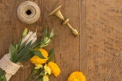 Flatlay με τα λουλούδια, τα κεριά και το εκλεκτής ποιότητας κηροπήγιο Στοκ φωτογραφία με δικαίωμα ελεύθερης χρήσης