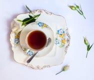 Flatlay το κομψό σύνολο τσαγιού που περιβάλλεται με από τα λουλούδια Στοκ εικόνες με δικαίωμα ελεύθερης χρήσης