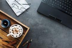 Flatlay Anordnung des gemütlichen Wintergeschäfts mit schwarzem Laptop, hölzerner Behälter mit Kakao des strengen Vegetariers lizenzfreie stockbilder