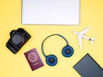 Flatlay auf gelbem Hintergrund der Bloggerphotograph-Reiseausrüstung Lizenzfreie Stockfotos