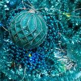 Flatlay av det nya året eller julpynt av turkosfärg: glitter bollar, girlander, stjärnor royaltyfria foton