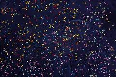 Flatlay av färgrika runda godiskonfettier på svart bakgrund Royaltyfri Foto