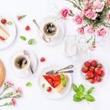 Flatlay avec le gâteau au fromage de fraise Images stock