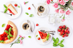 Flatlay avec le gâteau au fromage de fraise Photographie stock