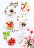 Flatlay avec le gâteau au fromage de fraise Image libre de droits
