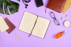 Flatlay avec un carnet et verres, feuilles de philodendron et d'autres accessoires d'affaires Photo stock