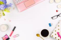 Flatlay avec un ordinateur portable, des fleurs, des verres, la tasse de café et d'autres accessoires, concept d'un espace de tra Image libre de droits