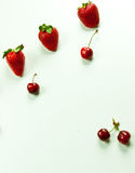 Flatlay-Beeren auf weißem Hintergrund Lizenzfreie Stockfotografie