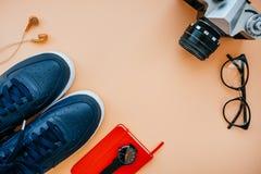 Flatlay casual con las zapatillas de deporte Imágenes de archivo libres de regalías