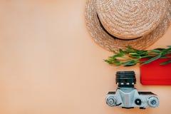 Flatlay casuale con la macchina fotografica fotografia stock libera da diritti