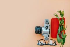 Flatlay casuale con la macchina fotografica immagine stock libera da diritti