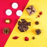 Flatlay coloré avec les divers articles de Noël, décor et cadeaux, y compris les boîte-cadeau, les bougies, les cônes etc. de pin Images libres de droits