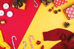 Flatlay coloré avec les divers articles de Noël, décor et cadeaux, y compris les boîte-cadeau, les bougies, les cônes de pin, les Photos libres de droits