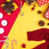 Flatlay coloré avec les divers articles de Noël, décor et cadeaux, y compris les boîte-cadeau, les bougies, les cônes de pin, les Photos stock